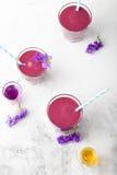 Blaubeere, Brombeere, Geißblatt, honeyberry Smoothie mit violettem Sirup und acai Stockfoto