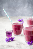 Blaubeere, Brombeere, Geißblatt, honeyberry Smoothie mit violettem Sirup und acai Lizenzfreies Stockfoto