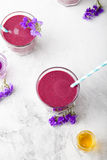 Blaubeere, Brombeere, Geißblatt, honeyberry Smoothie mit violettem Sirup und acai Lizenzfreies Stockbild