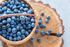 Blaubeere im Korb auf Holztischhintergrund Reife und saftige frische ausgewählte Blaubeernahaufnahme, Draufsicht Stockbilder