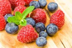 Blaubeere-, ruspberry und tadelloseblätter Stockbild