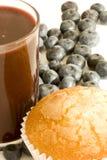 Blaubeere Smoothie mit gezuckertem kleinem Kuchen. Vertikal. Lizenzfreie Stockbilder