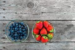Blaubeere und Erdbeere auf Holz Stockfotos