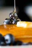 Blaubeerebutterpfannkuchen mit Honig Stockfotos