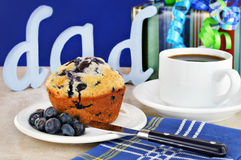 Blaubeeremuffinfrühstück für Tag des Vatis Stockfoto