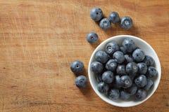 Blaubeeren in der Schüssel auf hölzernem Blaubeere enthalten organisches nützliches Antioxidansgesundes und Nahrung Stockfoto