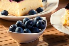 Blaubeeren dienten mit cheesecak und einer Kappe des Kaffees Stockbild