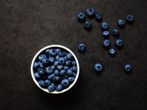 Blaubeeren in eine Schüssel auf einem grauen Hintergrund Lizenzfreie Stockbilder