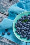 Blaubeeren in einer Schüssel Blauer Ton Stockfotografie