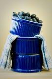 Blaubeeren in gestapelten blauen Schüsseln Lizenzfreies Stockbild