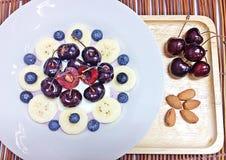 Blaubeeren, Kirsche und Bananenmischjoghurt Stockbild