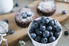 Blaubeeren mit Schokoladenkuchen im Hintergrund Stockfoto