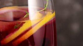 Blaubeeren-mojito Cocktail stock video footage