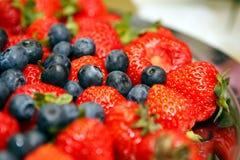 Blaubeeren und Erdbeeren Stockfotografie