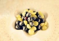 Blaubeeren und grüne Trauben Stockfotografie