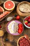 Blaubeerensmoothie und verschiedene superfoods stockbild