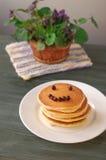 Blaubeerepfannkuchen mit frischen Blaubeeren Lizenzfreies Stockfoto