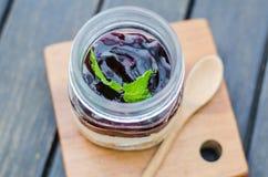 Blaubeerkuchen im Glas Stockfotos