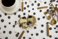 Blaubeermuffin und -kaffee Stockfoto