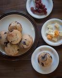 Blaubeermuffins Käse und Trauben Lizenzfreie Stockfotos