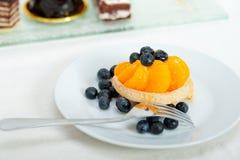 Blaubeersahnekleiner kuchen Stockfotos