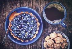 Blaubeertörtchen und -kaffee Stockfoto