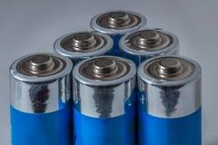 Blaue AA-Batterien auf weißem Hintergrund Stockfoto