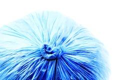 Blaue Abfalltaschennahaufnahme auf Weiß Stockbild