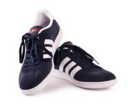 Blaue Adidas-Turnschuhe für das Laufen, bildend, in Grauem und in Blauem aus Lizenzfreie Stockfotografie