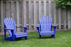 Blaue Adirondack Stühle Stockfotos