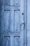 Blaue alte geschlossene Tür Lizenzfreie Stockbilder