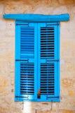 Blaue alte hölzerne Fensterfensterläden Lizenzfreie Stockbilder