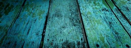 Blaue alte hölzerne Planken und grünes Blatt Lizenzfreie Stockfotografie