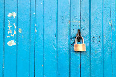 Blaue alte hölzerne Tür mit dem Verschluss Stockfotografie