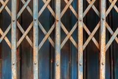 Blaue alte Stahltür und rostiger Stockfotos