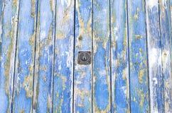 Blaue alte Tür der hölzernen Beschaffenheit Lizenzfreies Stockbild
