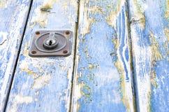 Blaue alte Tür der hölzernen Beschaffenheit Lizenzfreie Stockfotos