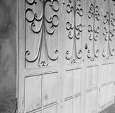 blaue alte Tür Marokkos und historisches Nagelholz Stockfoto