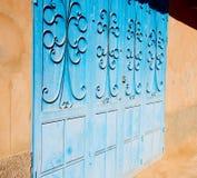 blaue alte Tür Marokkos und historisches Nagelholz Lizenzfreie Stockbilder