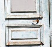 blaue alte Tür und ancien hölzernes geschlossenes Hausantikenscharnier Stockfoto