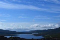 Blaue Ansichten von Bearreraig-Bucht auf Trotternish-Halbinsel stockbilder