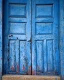 Blaue antike Weinlesetür Stockfotos