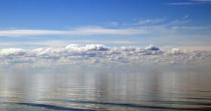 Blaue Aquasee- und -himmelwolken, Stockbild