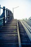 Blaue Art der Weinlese eine alte Holzbrücke Lizenzfreie Stockfotografie