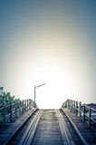 Blaue Art der Weinlese eine alte Holzbrücke Stockfoto