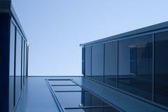 Blaue Aufbauten Stockfoto