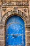 Blaue aufwändige Tür im Medina von Essaouira Stockbilder