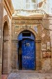 Blaue aufwändige Tür im Medina von Essaouira Lizenzfreie Stockfotografie