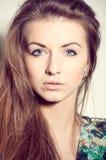 Blaue Augen arbeiten Porträt der jungen Frau auf einem weißen Hintergrund um Lizenzfreie Stockfotos