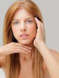 Blaue Augen der jungen Frau des Studioschönheitsportraits Stockbilder